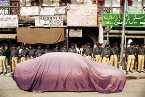 © Giorgio Cosulich. Pakistan , Peshawar , polizia presidia le strade durante una manifestazione