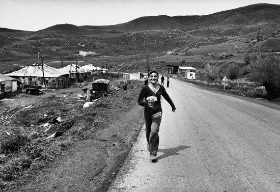 © Antonella Monzoni. Incontro in un villlaggio rurale nella regione di Gyumri. Courtesy l'autrice