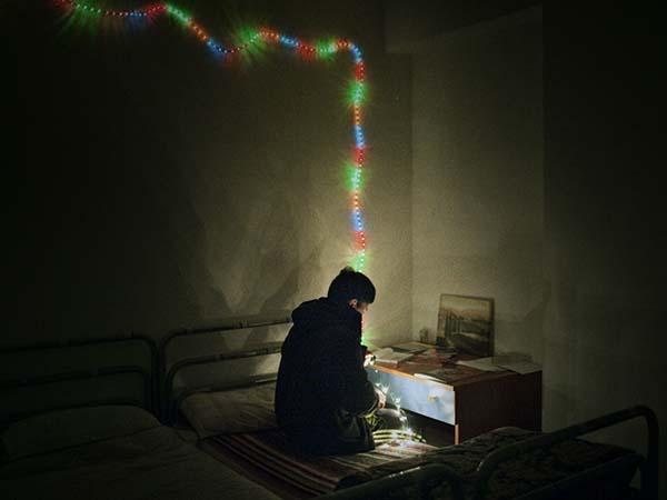 © Alvaro Deprit. Giavid, un ragazzo afghano, nella sua stanza della comunità. Da Suspension