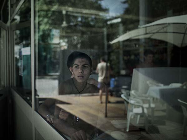 © Alvaro Deprit. Un ragazzo della comunità, in una piscina pubblica del Centro Italia. Da Suspension
