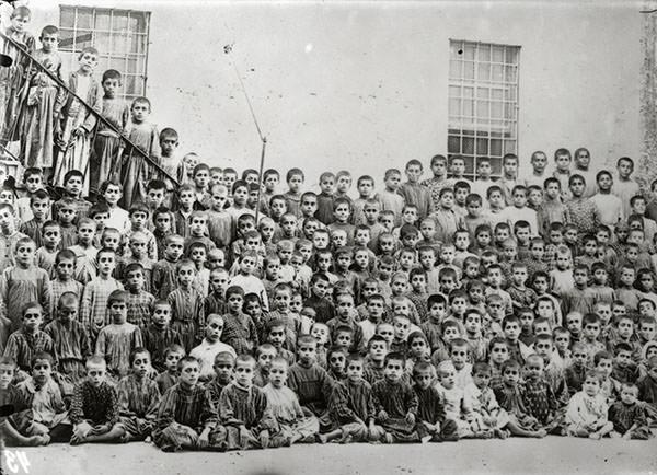 Anonyme. Orphelins arméniens de Tarsus (Tarses) après les massacres d'Adana en 1909. Per concessione Musée de la Photographie Charleroi