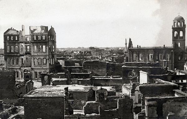 Anonyme – Le quartier arménien d'Adana incendié lors des massacres de 1909. Per concessione Musée de la Photographie Charleroi