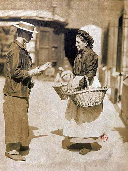 Atget. Marchande de poissons, place Saint Médard, 1899-1900