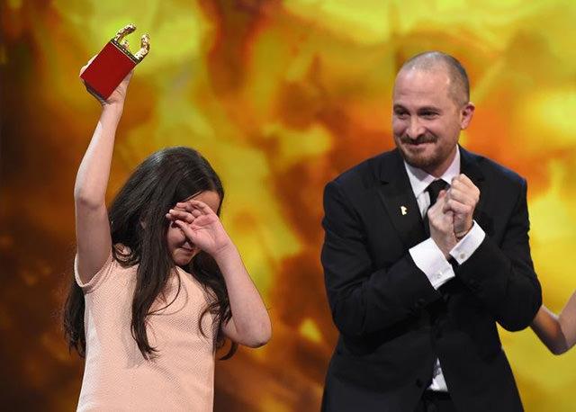 Hana Panahi riceve l'Orso d'oro per il miglior film per Taxi diretto da Jafar Panahi