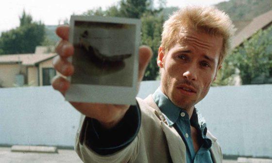 Frame del film Memento di Christopher Nolan