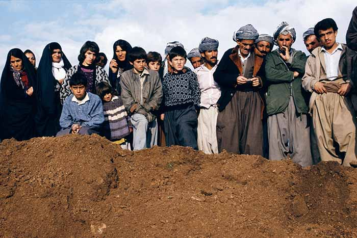 © Susan Meiselas, Villagers watch exhumation - Sulaymaniyah, Northern Iraq, 1991 © Susan Meiselas, 2018