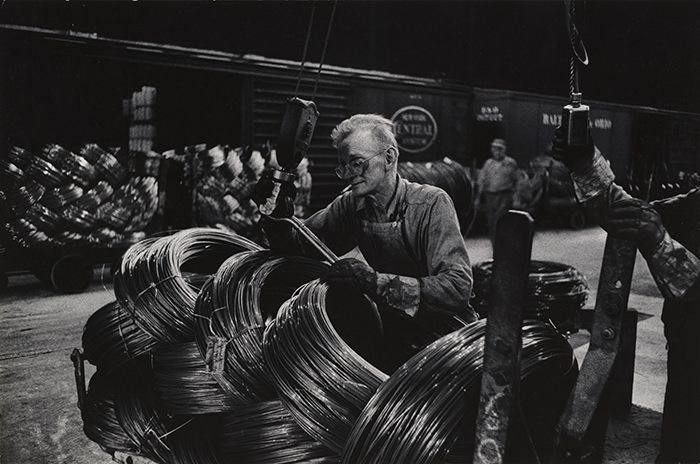 W. Eugene Smith, USA, 1918-1978. Operaio di un'acciaieria che prepara le bobine, 1955-1957. Stampa ai sali d'argento,  22.86 x 34.61 cm. Carnegie Museum of Art, Pittsburgh. Gift of the Carnegie Library of Pittsburgh, Lorant Collection.. © W. Eugene Smith / Magnum Photos