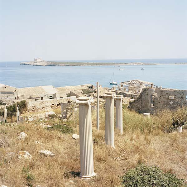 © Francesco Millefiori. Finte colonne. Sullo sfondo un'antica tonnara e L'isola delle Correnti. Porto Palo (SR), Agosto 2011