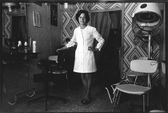 Franco Vimercati. Monforte d'Alba, Pettinatrice, 1973.  Courtesy  Galleria Raffaella Cortese, Milano  e Archivio Franco Vimercati, Milano. © Eredi Franco Vimercati