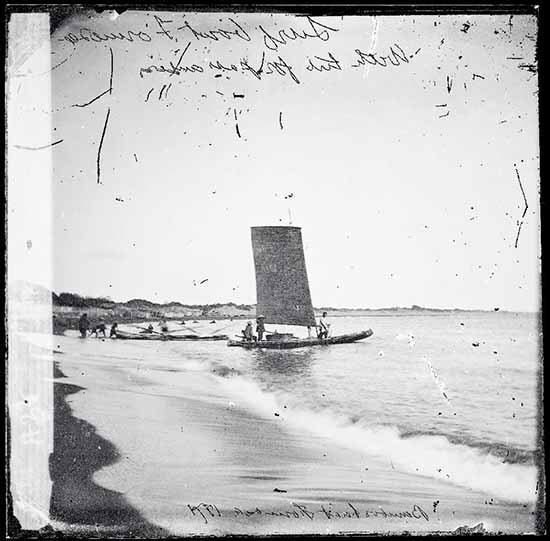 John Thomson. Barca di Bamboo, Formosa (1871). Copyright: The Wellcom Library, London – Courtesy: 123Art