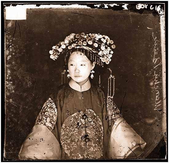 John Thomson. Sposa Manchu, Pechino, Cina (1871). Copyright: The Wellcom Library, London – Courtesy: 123Art