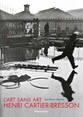 Copertina del libro L'art sans art d'Henri Cartier Bresson di Jean-Pierre Montier (Flammarion, 1995) con l'immagine Derrière la gare Saint-Lazare, pont de l'Europe (Paris, 1932)