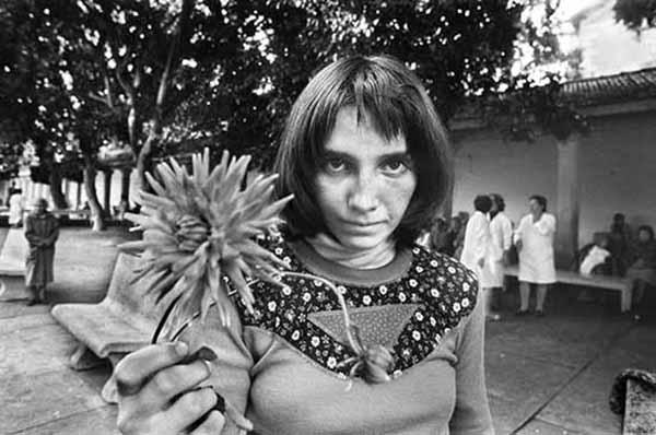 © Letizia Battaglia, Via Pindemonte, Ospedale Psichiatrico. Palermo 1983. Courtesy l'artista