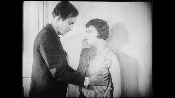 Frame del film Un chien andalou di Luis Buñuel