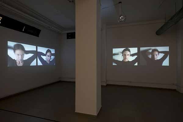 Mariana Ferratto. Allo specchio, 2015. Video installazione, loop, 00:01:26, ed. 3 + 1 AP. Foto di Giorgio Benni. Courtesy The Gallery Apart, Roma