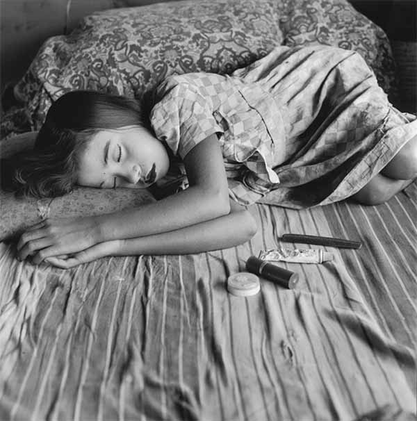 © Mary Ellen Mark. Acrobat Sleeping. Famous Circus. Calcutta, India, 1989. © Phaidon Press