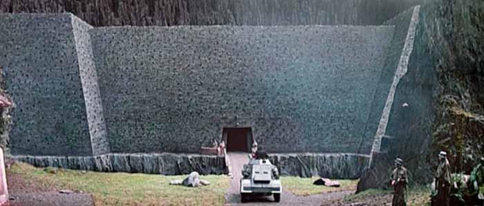 """Frame da """"La fortezza"""" un film raro di Michael Mann"""
