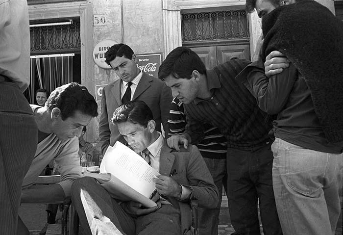 Pier Paolo Pasolini sul set di Accatone, 1961- Angelo Pennoni / © Reporters Associati – Roma