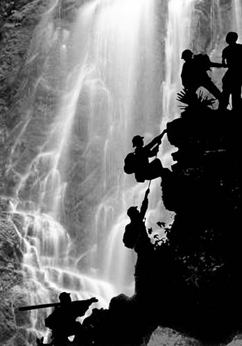 © Doan Công Tinh. 1970. North Vietnamese scouts attempting to make a passage through the rapids for the logistics units following them with supplies of food and munitions