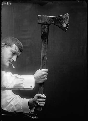 Rodolphe A. Reiss. Assassinat Delaporte, étude de la tenue des mains sur la hache par Reiss, Gimel, janvier 1910. © Musée de l'Elysée / Institut de police scientifique, Lausanne