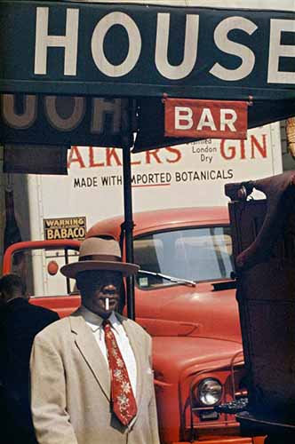 © Saul Leiter. Harlem, 1960. Courtesy Howard Greenberg Gallery, New York