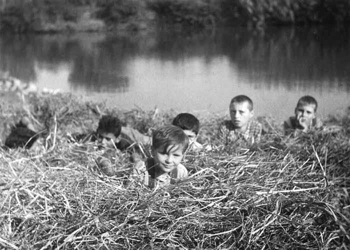 I bambini ci guardano di Vittorio De Sica, Italia, 1943. Una scena del film: al centro, in primo piano, Luciano De Ambrosis (Pricò) Coll. Museo Nazionale del Cinema